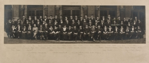 Royal College of Art 1922-23 Convocation photograph, highlighting Vasu Deva Sharma. Courtesy of the Royal College of Art archive.